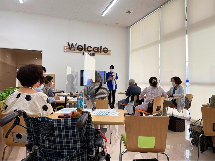 シニアに大人気! 満員御礼のスマホ教室では、スマホの基本から自撮りのコツまで学べます