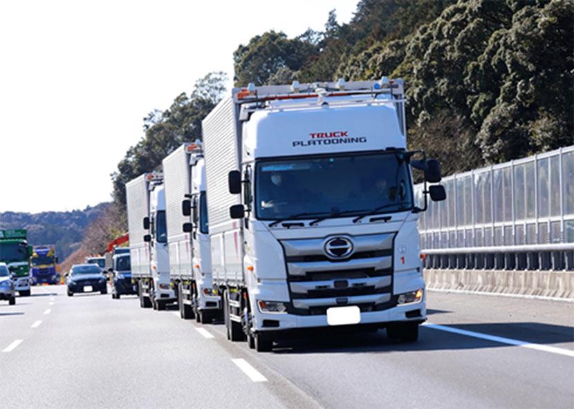 新東名高速道路でトラック3台の隊列走行を実施