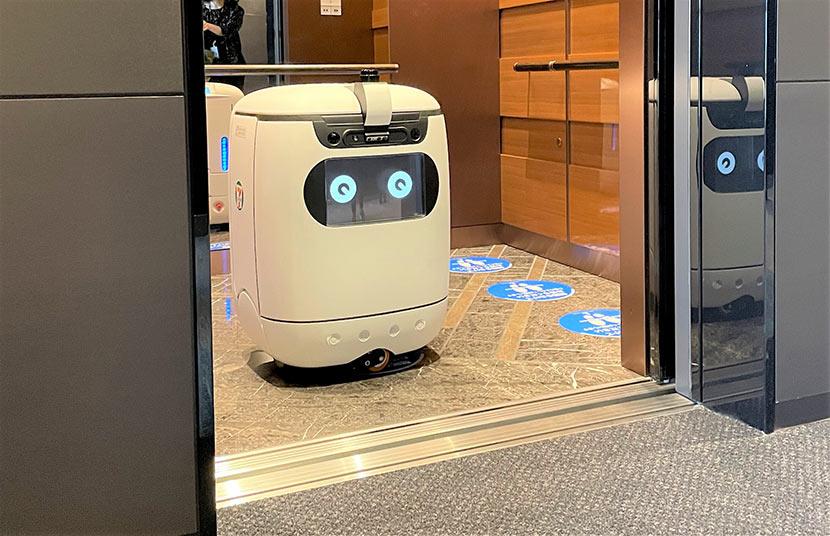 ロボットがエレベーターに乗って、別フロアにコンビニの商品を配達