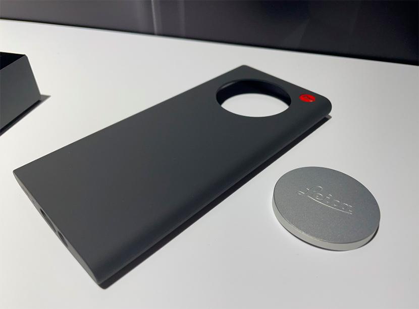 ライカの世界観を堪能できるパネルコーナーへ。伝統と革新が融合した「Leitz Phone 1」も手にとってみました