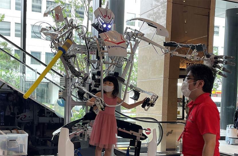 機械と人間が合体するロボットや、自分で組み立てる木製電動カートも。最新テクノロジーが社会実装される日も近い?