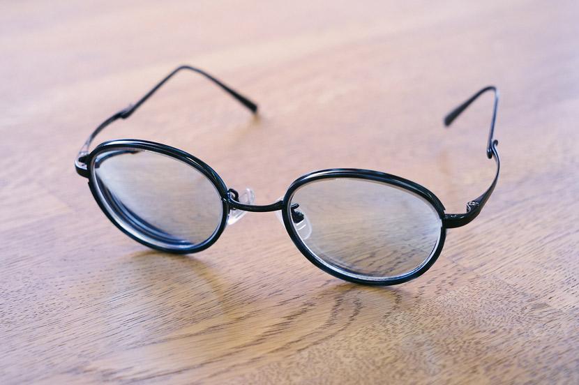 解決法 : ブルーライトカットのメガネで光から目を守る
