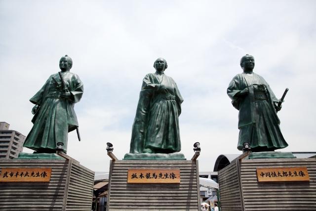 武市半平太と坂本龍馬と中岡慎太郎の銅像の画像