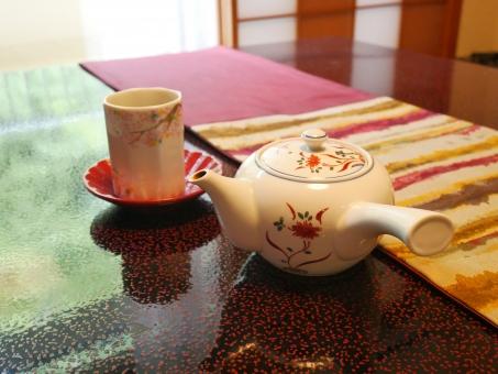温泉宿のテーブルとお茶