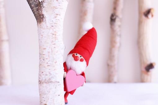 木陰からのぞくサンタクロースの人形