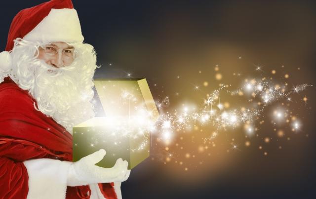 クリスマスプレゼントを抱えるサンタクロース
