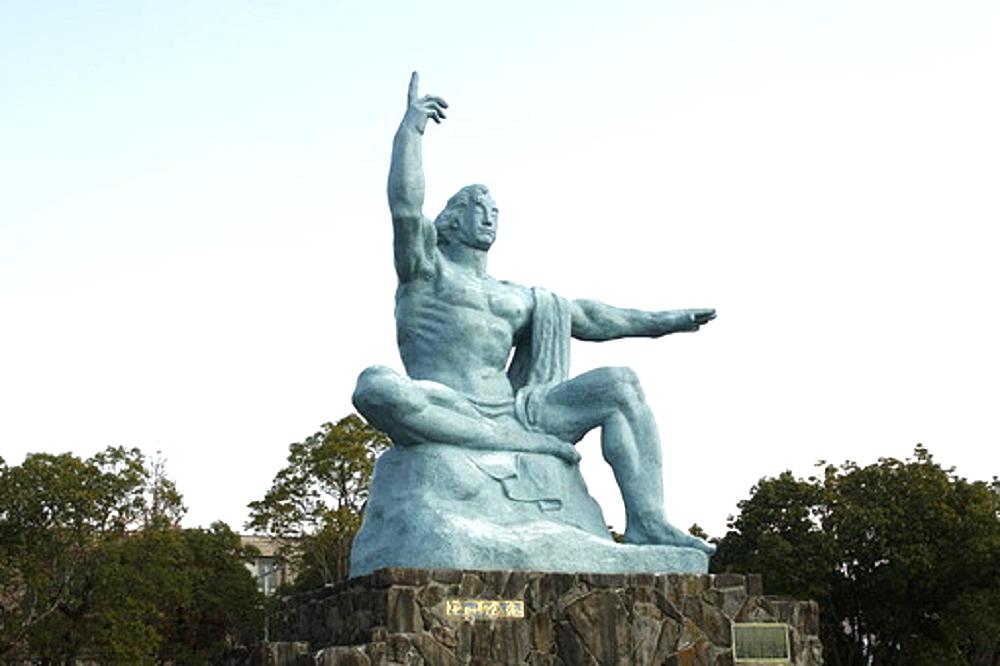 長崎の平和祈念像の画像