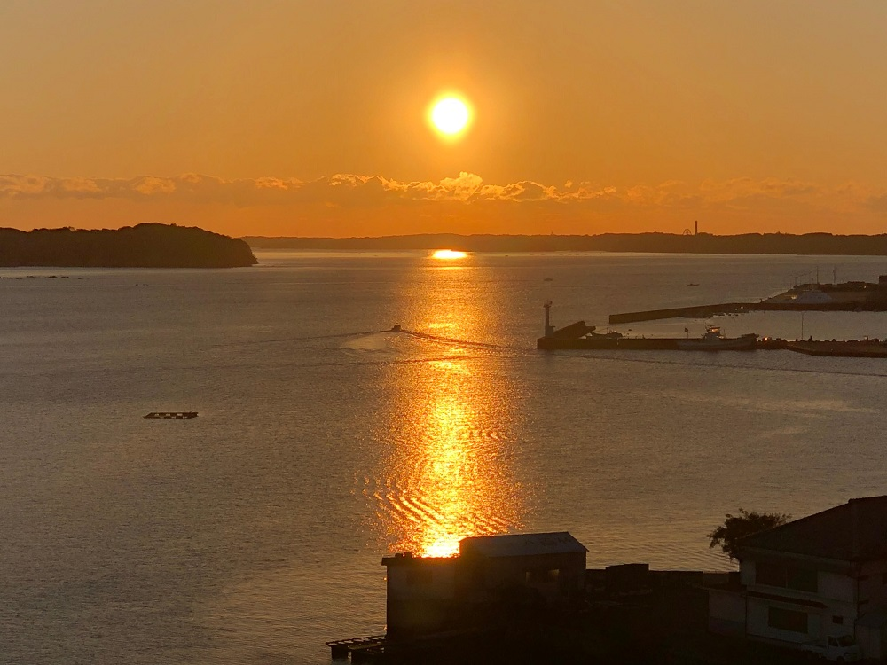 大江戸温泉物語 伊勢志摩の部屋の窓からの日の出