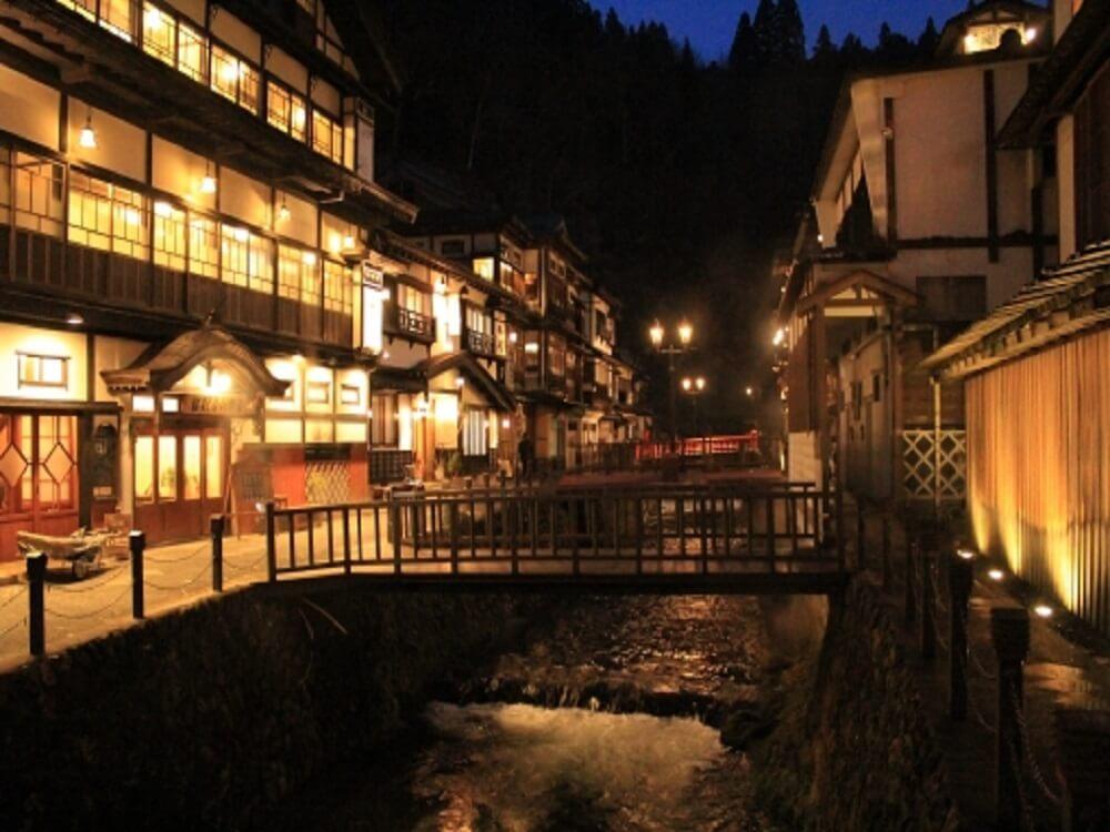 山形県の銀山温泉の夜景