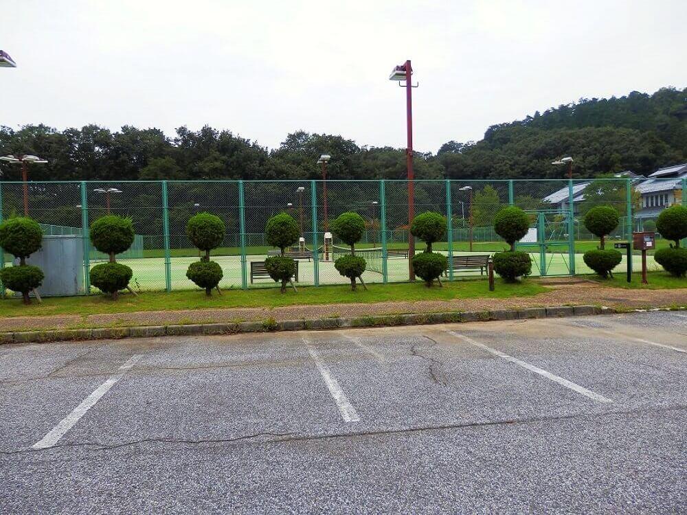 グリーンパーク山東の第2駐車場から見たテニスコート