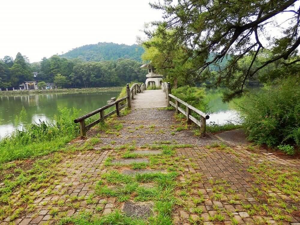 グリーンパーク山東の三島池の石とうろうへ渡る橋