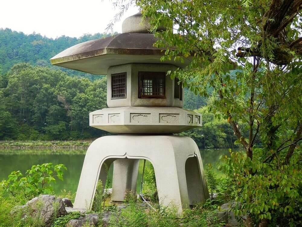 グリーンパーク山東の三島池の石とうろう
