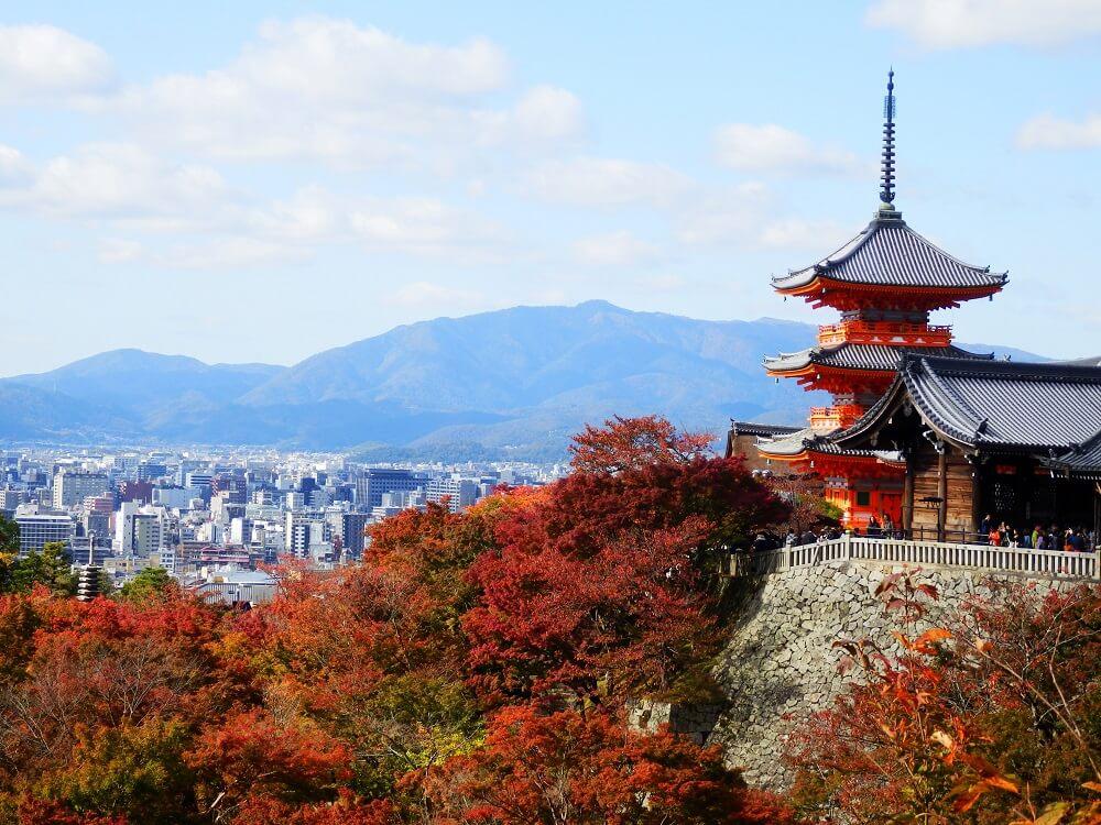 清水寺の奥之院から撮影した三重塔と京都の街