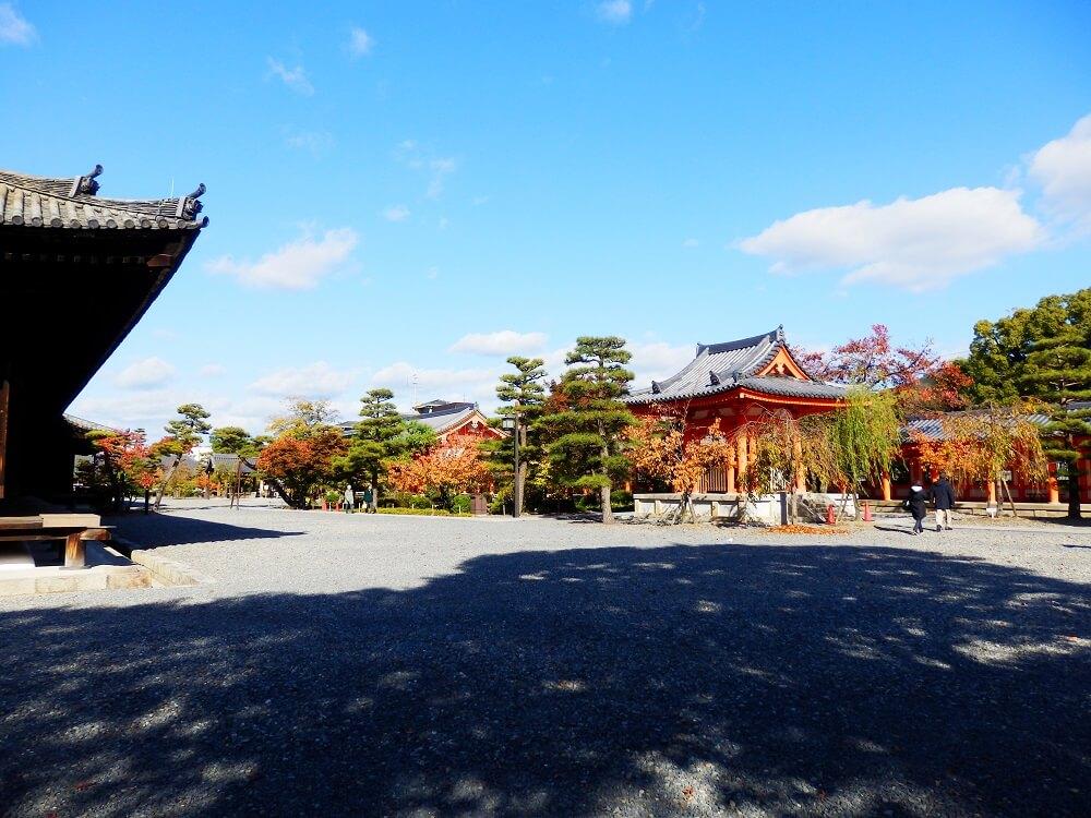 蓮華王院 三十三間堂の太閤塀からの遊歩道の風景