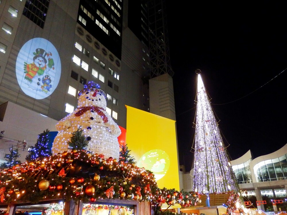 新梅田シティのワンダースクエアのクリスマスツリーとスノーマン
