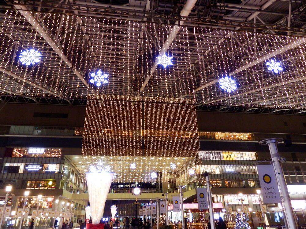 大阪ステーションシティ5階の天井から吊るしてあるクリスマスイルミネーション