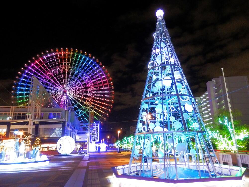 海遊館の背景に観覧車を載せたクラゲのクリスマスツリーオブジェ