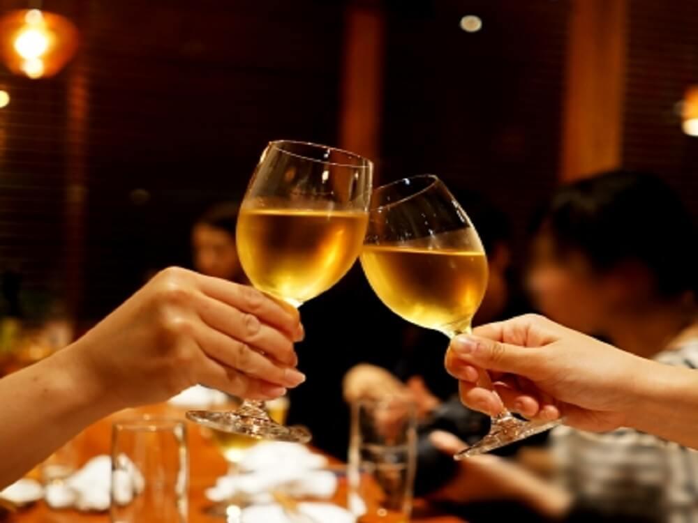 レストランでグラスをつきあわせて乾杯している画像