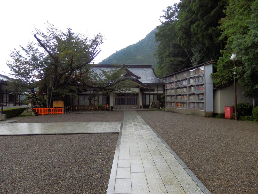 熊野那智大社の斎館と秀衡桜