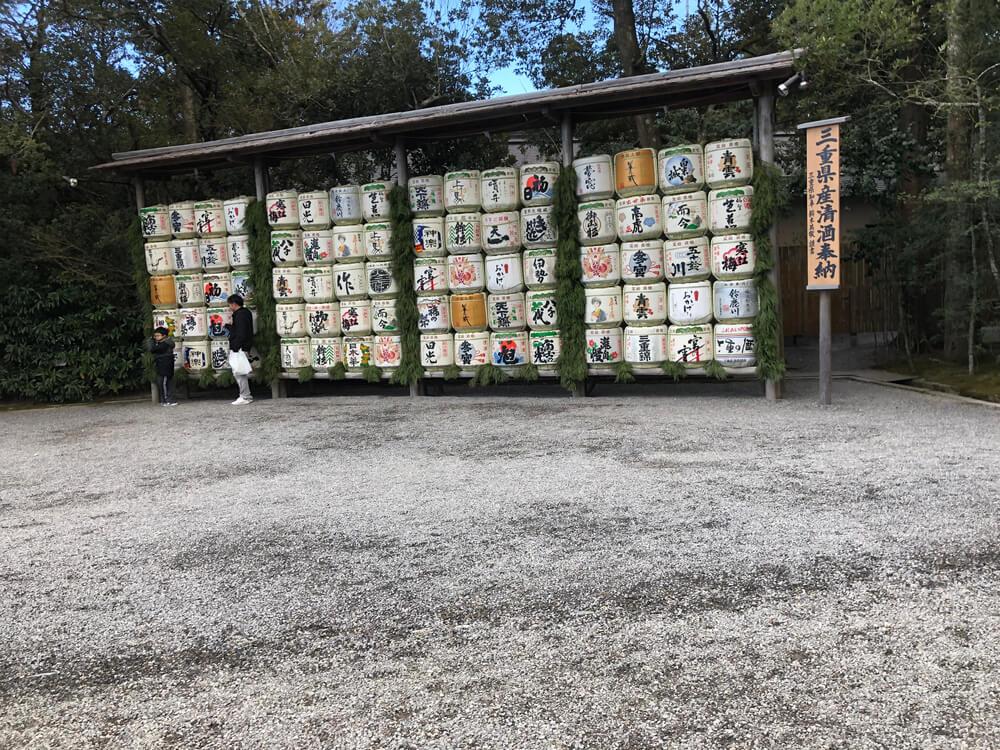 伊勢神宮に奉納された三重県産の清酒の樽