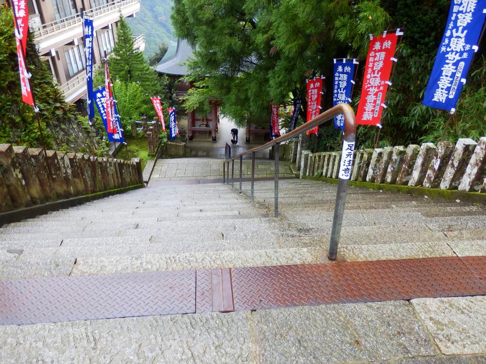 那智山青岸渡寺の山門から本堂への階段