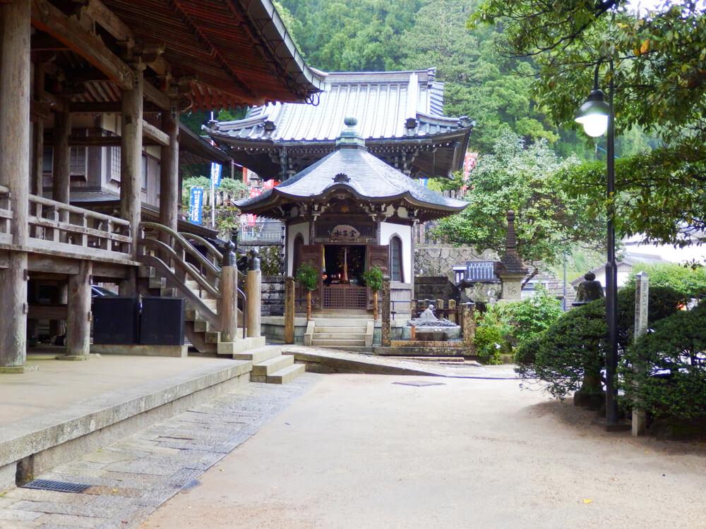 那智山青岸渡寺の水子堂と宝筐院塔