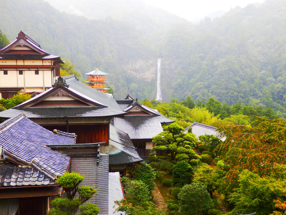 那智山青岸渡寺の本堂横の見晴らし台から見た那智の滝
