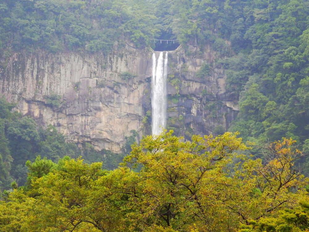 那智山青岸渡寺の三重塔から見える那智の滝