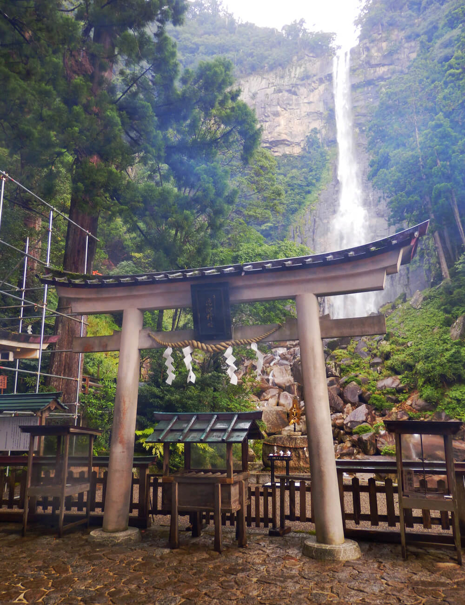 飛瀧神社の鳥居から那智の大滝を望む