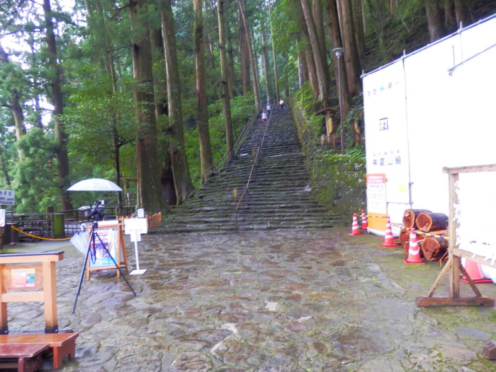 那智の大滝への参道を滝側から眺める