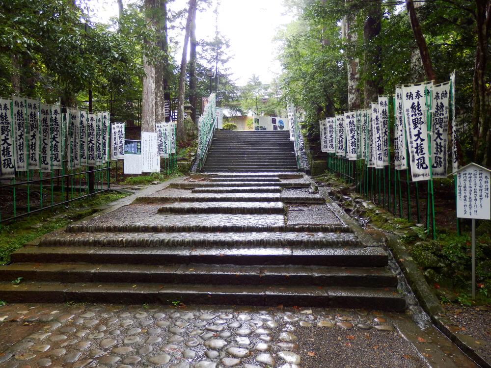 熊野本宮大社の参道の二番目の階段