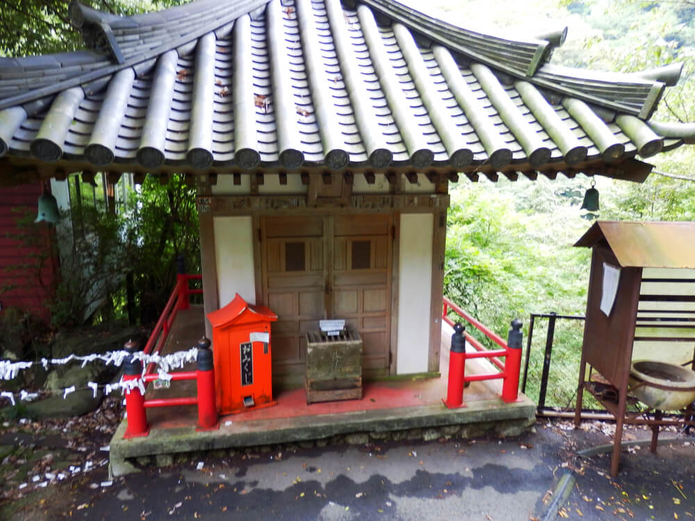 岐阜県の養老の滝への遊歩道にある祠
