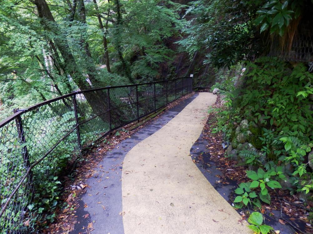岐阜県の養老の滝への肌色に舗装された遊歩道