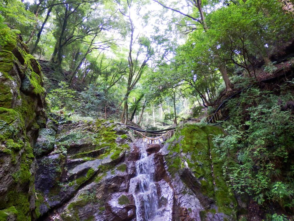 岐阜県の養老の滝の絵馬掛け所と小さな滝