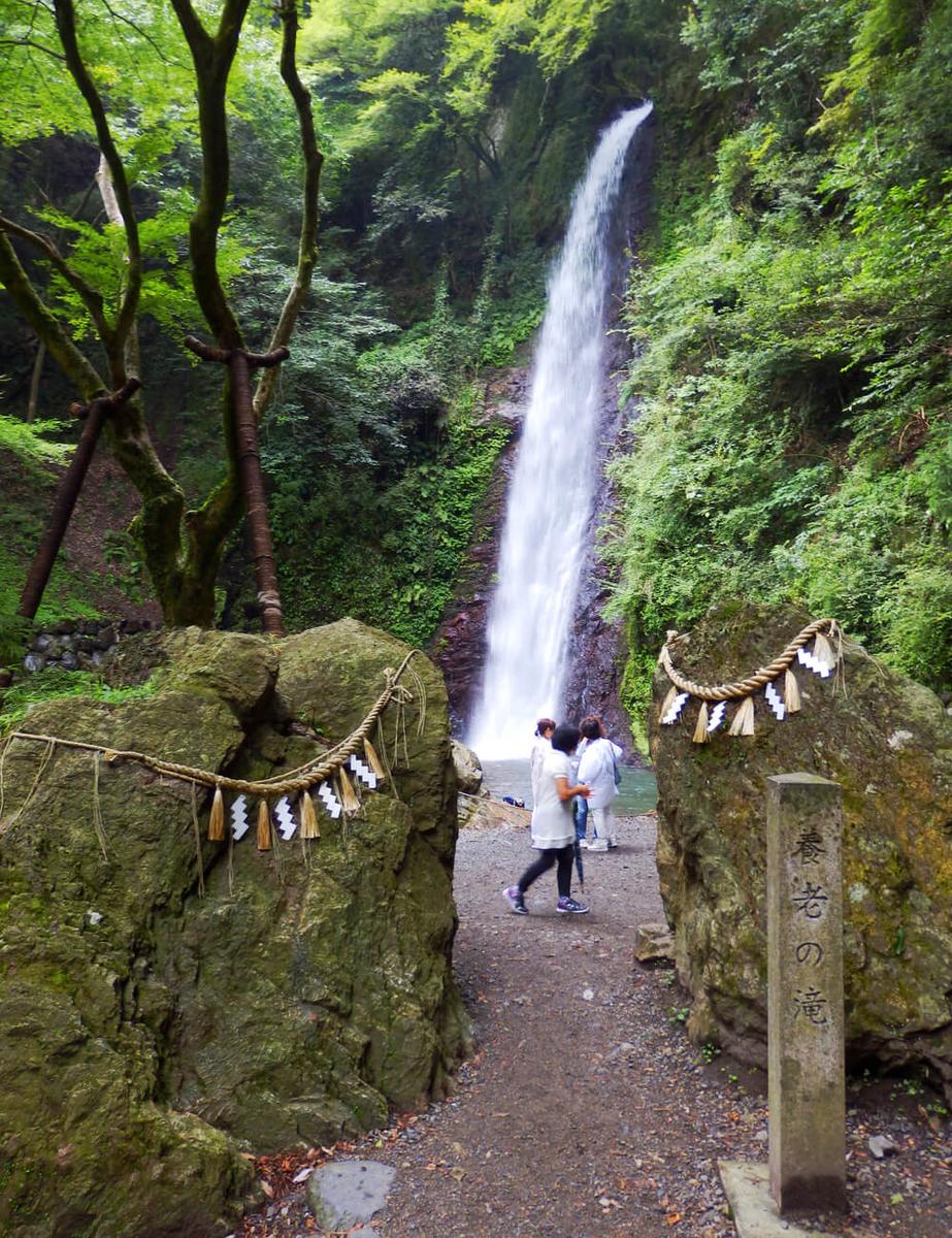 神岩越しの岐阜県の養老の滝