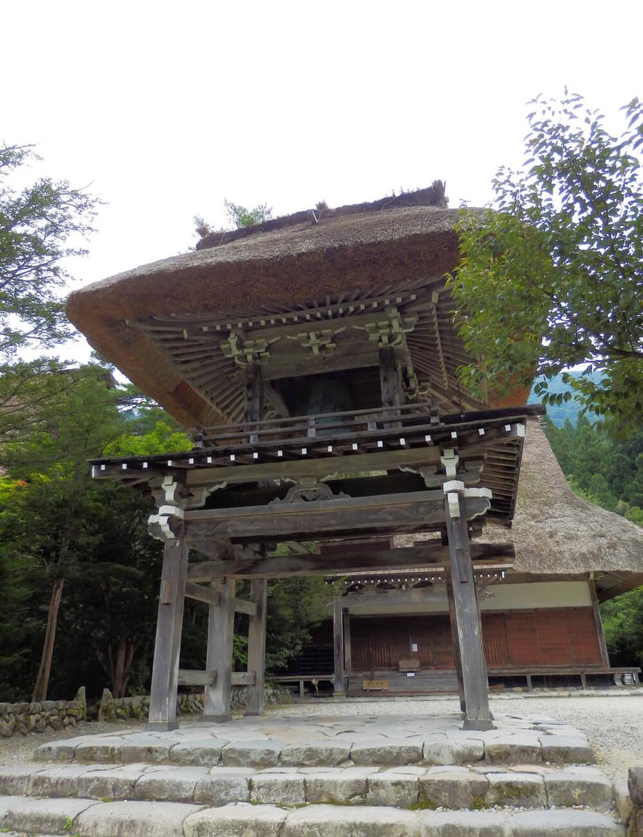 白川郷合掌村の明善寺の鐘楼門