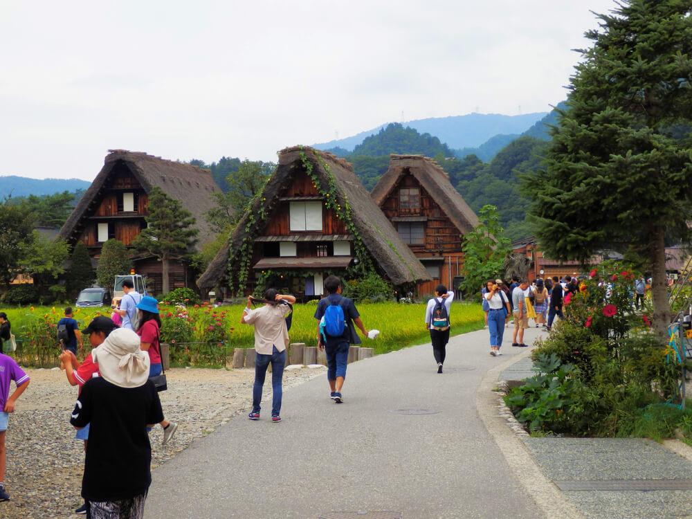 白川郷合掌村の多くの観光客