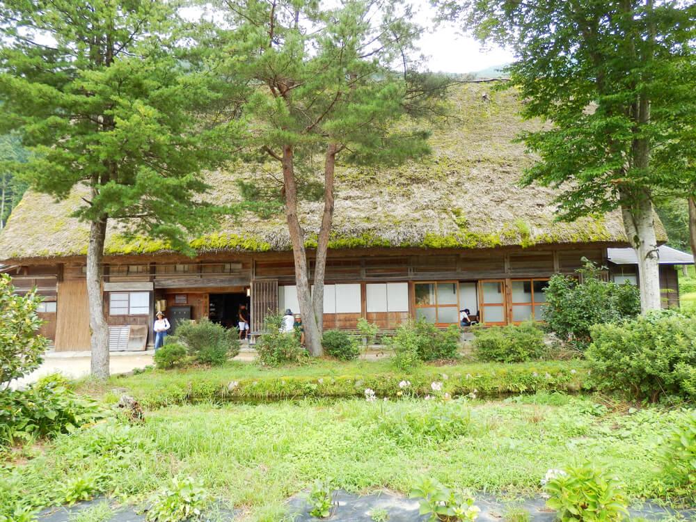 白川郷合掌村の内部観覧用のかやぶき屋根の建造物