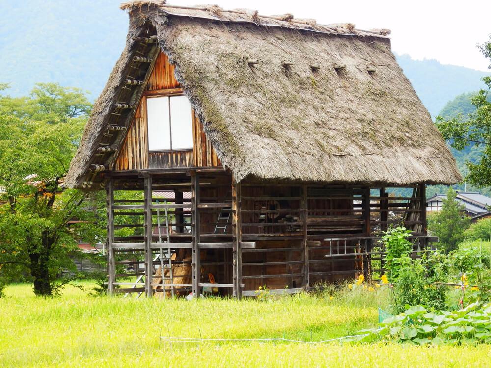 白川郷合掌村の高床式穀物倉庫