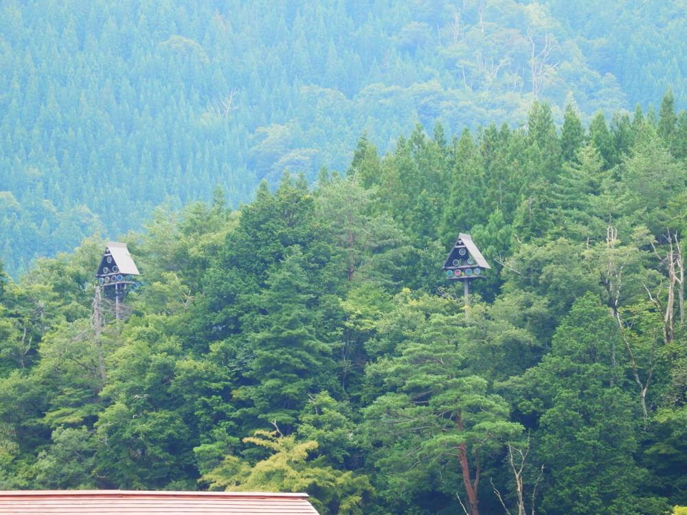 白川郷合掌村の山あいに設置された謎の三角屋根のオブジェ