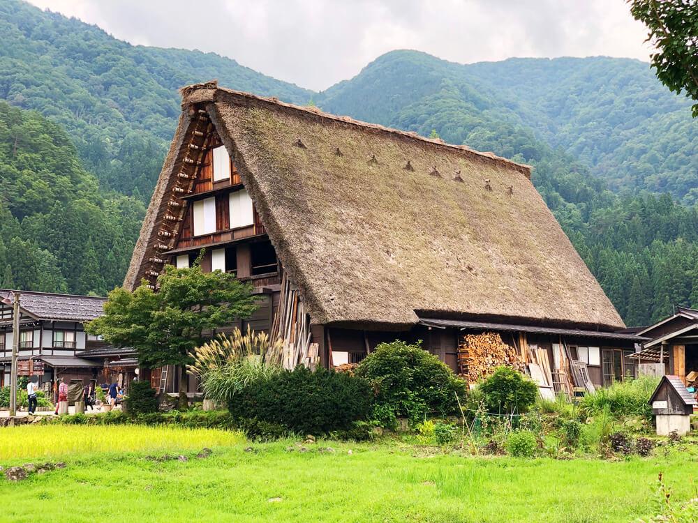 白川郷合掌村のかやぶき屋根の建造物