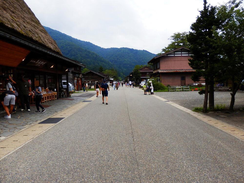 白川郷合掌村のメインストリート沿いの土産物店こびき屋前