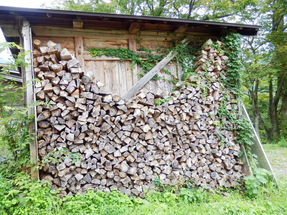 白川郷合掌村の薪小屋