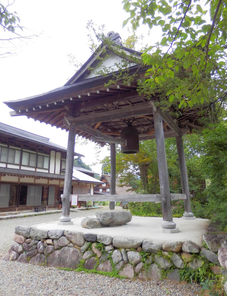 白川郷合掌村の本覚寺の鐘楼