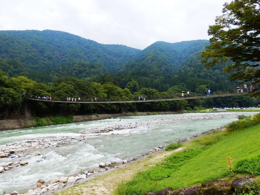 白川郷合掌村の庄川にかかるであい橋