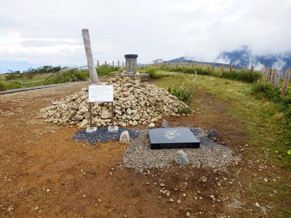 高ボッチ山頂の公共1級基準点「信濃の国の重心」