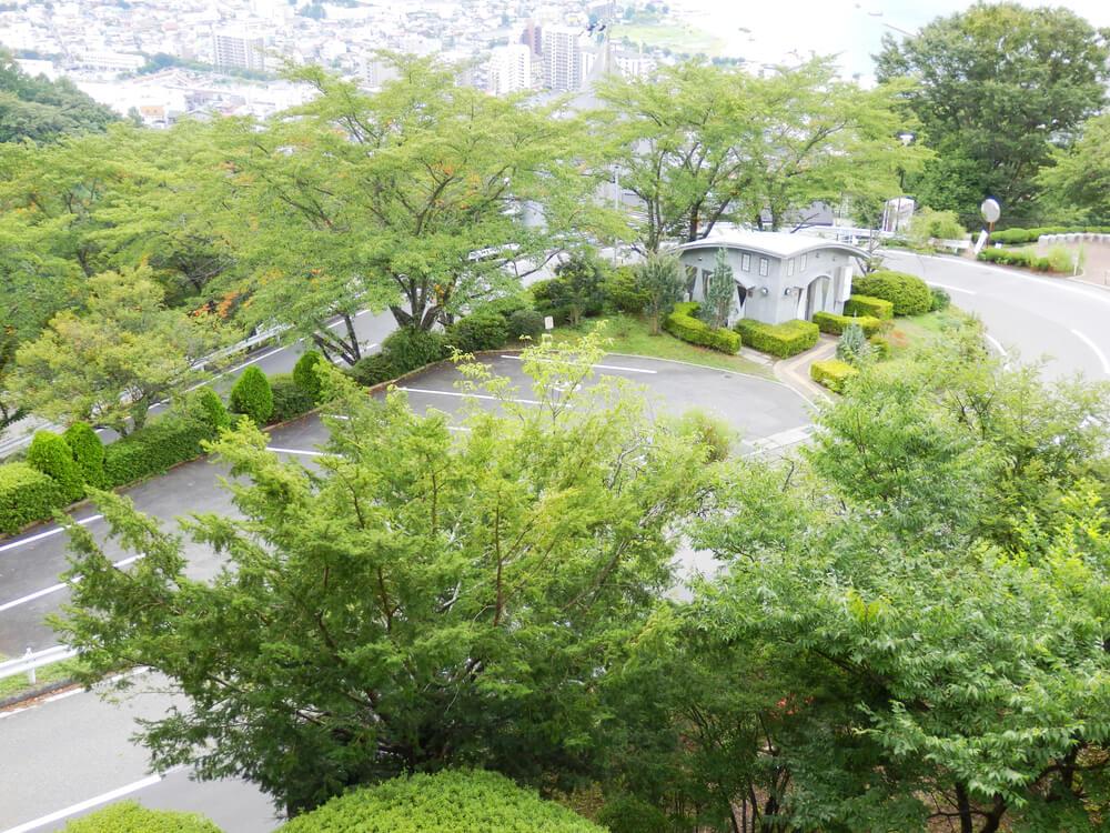 長野県の立石公園の駐車場付近の道路
