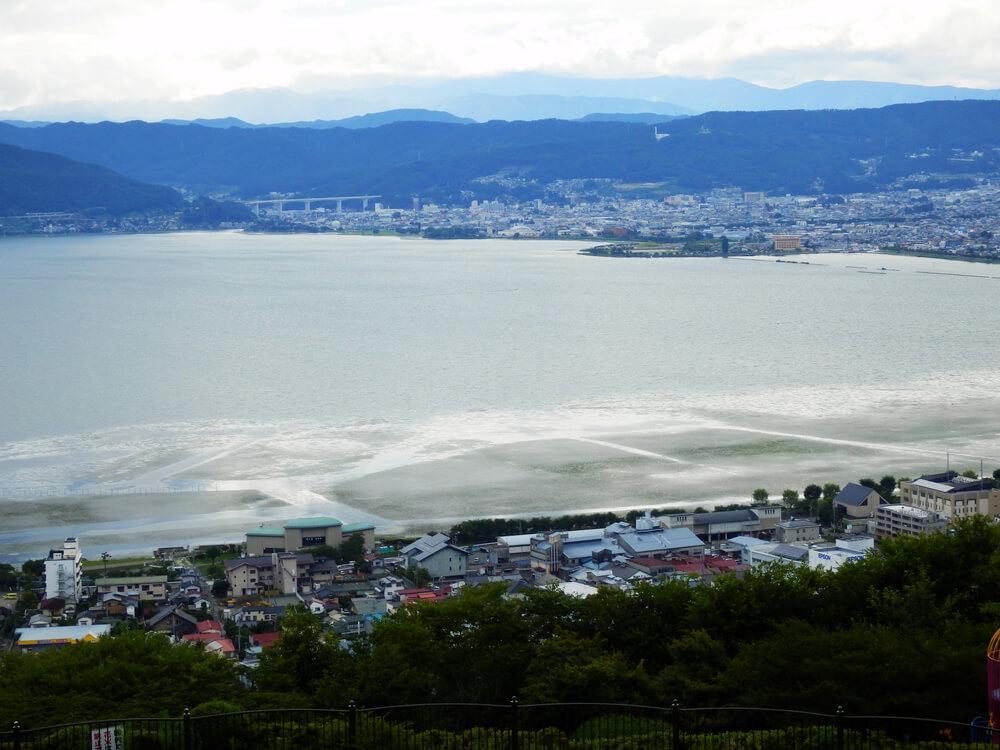 長野県の立石公園の駐車場から諏訪湖西側を望む