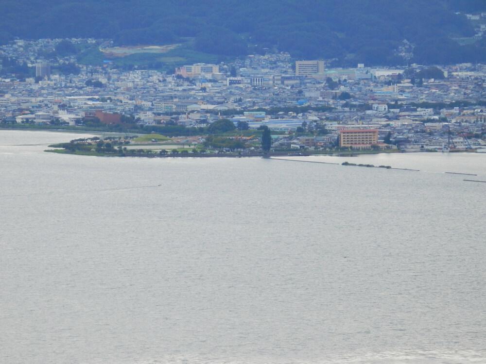 長野県の立石公園の駐車場から赤砂崎公園を望む
