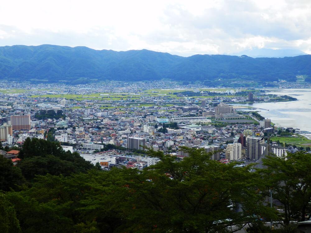 長野県の立石公園の時計塔から上諏訪方面を望む